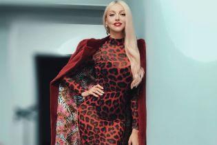 """У леопардовій сукні і чоботях: Оля Полякова в ефектному образі на зніманнях спецпроекту """"Ліги Сміху"""""""