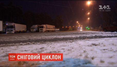 Центр, север и юг Украины обильно засыпает снегом