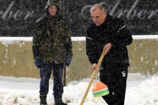 """Хазяйновитий тренер. Керманич """"Яблонця"""" допоміг почистити стадіон """"Динамо"""" від снігу"""