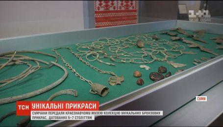 Житель Сум передал музею старинные украшения, случайно найденные в лесу