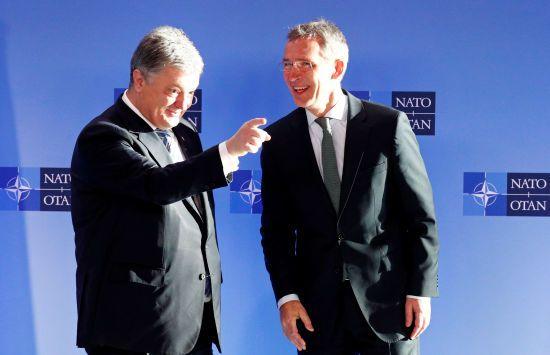 Під час зустрічі у Брюсселі Порошенко передав генсеку НАТО список причетних до агресії в Керчі росіян