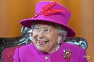 В ярком костюме и с перьями: королева Елизавета II посетила торжественное мероприятие в Лондоне