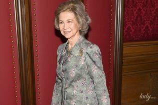 В новом костюме и любимых туфлях: королева София прилетела в Нью-Йорк