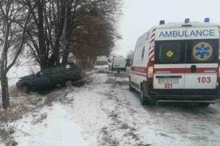 На Киевщине авто слетело с заснеженной дороги и врезалось в дерево