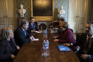 Порошенко закликав Меркель ввести проти Росії нові санкції за агресію на Азові