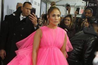 """""""Barbie-girl"""" Лопес в гигантском розовом платье появилась на мировой премьере"""