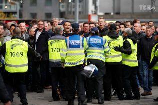 """Полиция Барселоны жестоко избила дубинками фанатов """"Тоттенхэма"""" на матче Лиги чемпионов"""