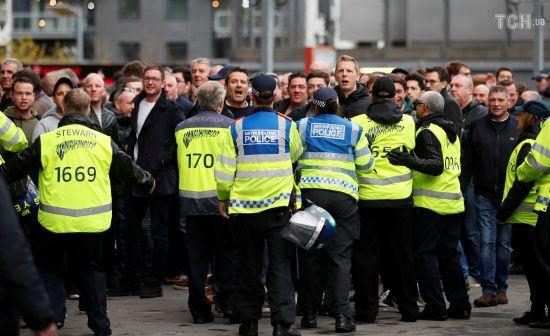 """Поліція Барселони жорстоко побила кийками фанатів """"Тоттенхема"""" на матчі Ліги чемпіонів"""