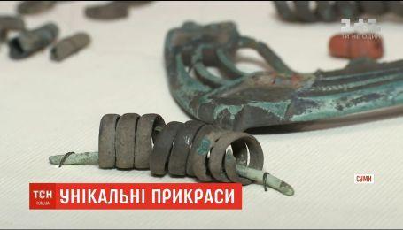 Сумчане передали краеведческому музею коллекцию уникальных бронзовых украшений