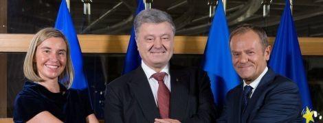 В бархатном платье и с красным маникюром: глава дипломатии ЕС Могерини на встрече с Порошенко