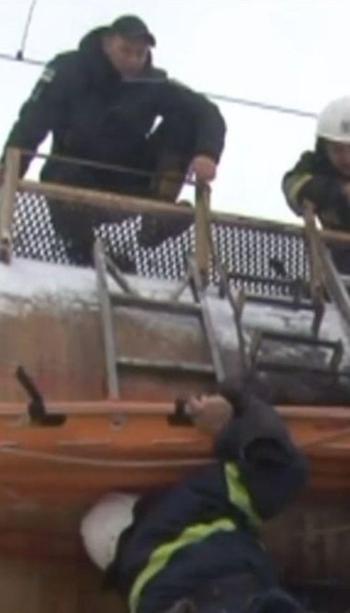 Небезпечне селфі: у Львові на залізниці двох молодих людей вразило струмом