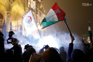 """В Будапеште с стычками и ранеными продолжаются протесты против """"рабского закона"""""""