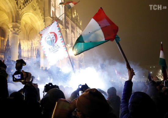 """У Будапешті з сутичками і пораненими тривають протести проти """"рабського закону"""""""