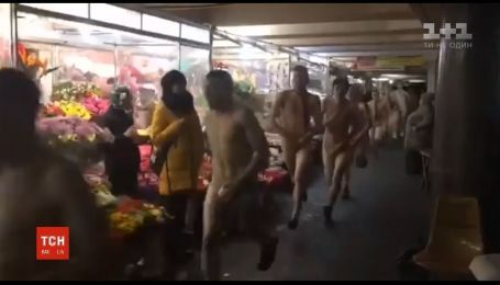 Десять мужчин пробежались голышом подземным переходом через проигранный спор