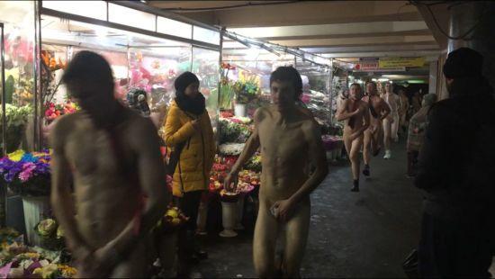 У центрі Києва компанія чоловіків влаштувала оголений забіг
