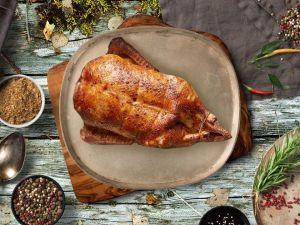 Печеная утка с соусом из смородины