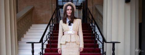 Стильна Кіра Найтлі і її мама в дивному вбранні відвідали Букінгемський палац