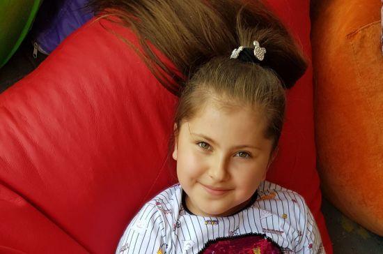 Загадкова хвороба руйнує кістки Ейлюль-Катріни і їй потрібна допомога