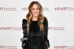 В бархатном платье и блестящих туфлях: Сара Джессика Паркер на церемонии в Нью-Йорке