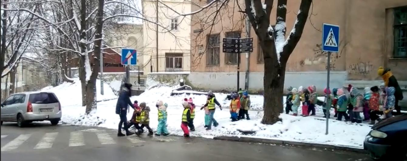 Юзеров поразило видео малышни, которая переходила дорогу в жилетах