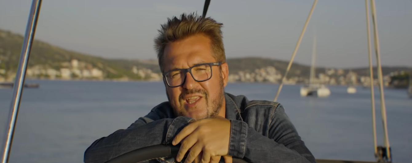Под пальмами и на яхте. Пономарев в новом клипе показал, как дарить зимнее чудо любимой