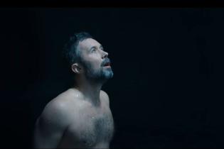Чувственный Сергей Бабкин с обнаженным торсом призвал дышать медленно в новом клипе