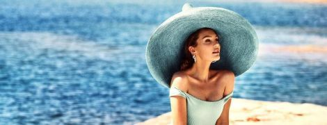 """В шляпе и красивом купальнике: """"ангел"""" Кэндис Свэйнпоул нежится на пляже"""