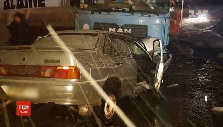 На заснеженной трассе на Буковине столкнулись фура и легковушка
