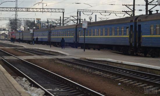 """У поїзді """"Київ-Рахів"""" невідомі просто на ходу вибили каменем вікно"""
