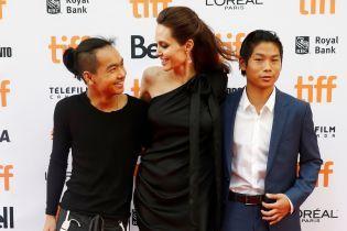 Анджелина Джоли рассказала 15-летнему сыну, что Бред Питт не хотел его усыновлять