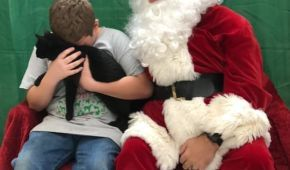 Мережу зворушило відео із хлопчиком, якому Санта подарував нового котика після смерті його улюбленця