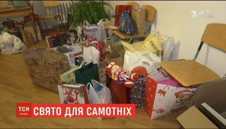 В Киеве накануне новогодних праздников волонтеры собирают подарки для бездомных и пожилых людей