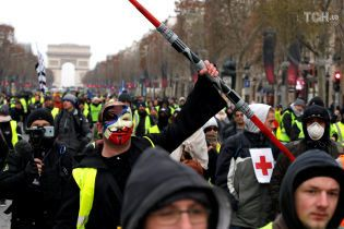 """Обнаженные девушки и тысячи правоохранителей. Во Франции продолжается протест """"желтых жилетов"""""""