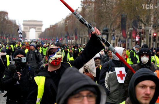 """Оголені дівчата та тисячі правоохоронців. У Франції триває протест """"жовтих жилетів"""""""