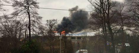 В одном из крупнейших зоопарков Британии начался мощный пожар