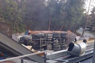В анексованому Криму багатотонна вантажівка впала на аквапарк