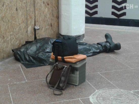 У Києві на платформі станції метро помер чоловік