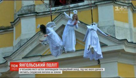 В Чехии ввели традиционное мероприятие, во время которого девушки имитируют восхождение ангелов на землю