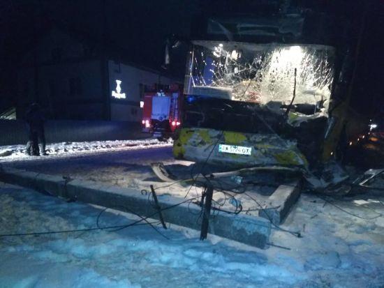 У нічній аварії з автобусом та легковиком на Львівщині загинули троє військовослужбовців