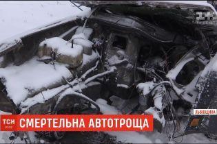 На Львівщині автобус з пасажирами розтрощив легкову автівку, є загиблі