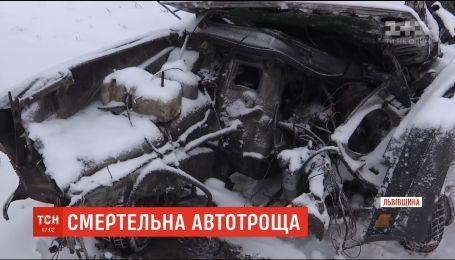 На Львовщине автобус с пассажирами разбил легковую машину, есть погибшие