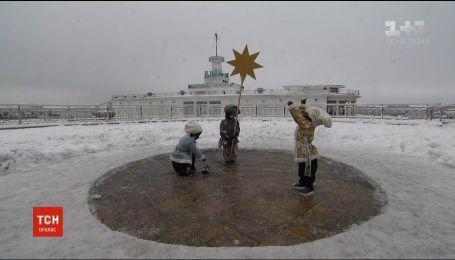 Скульптуры детей-основателей Киева одели в зимнюю одежду