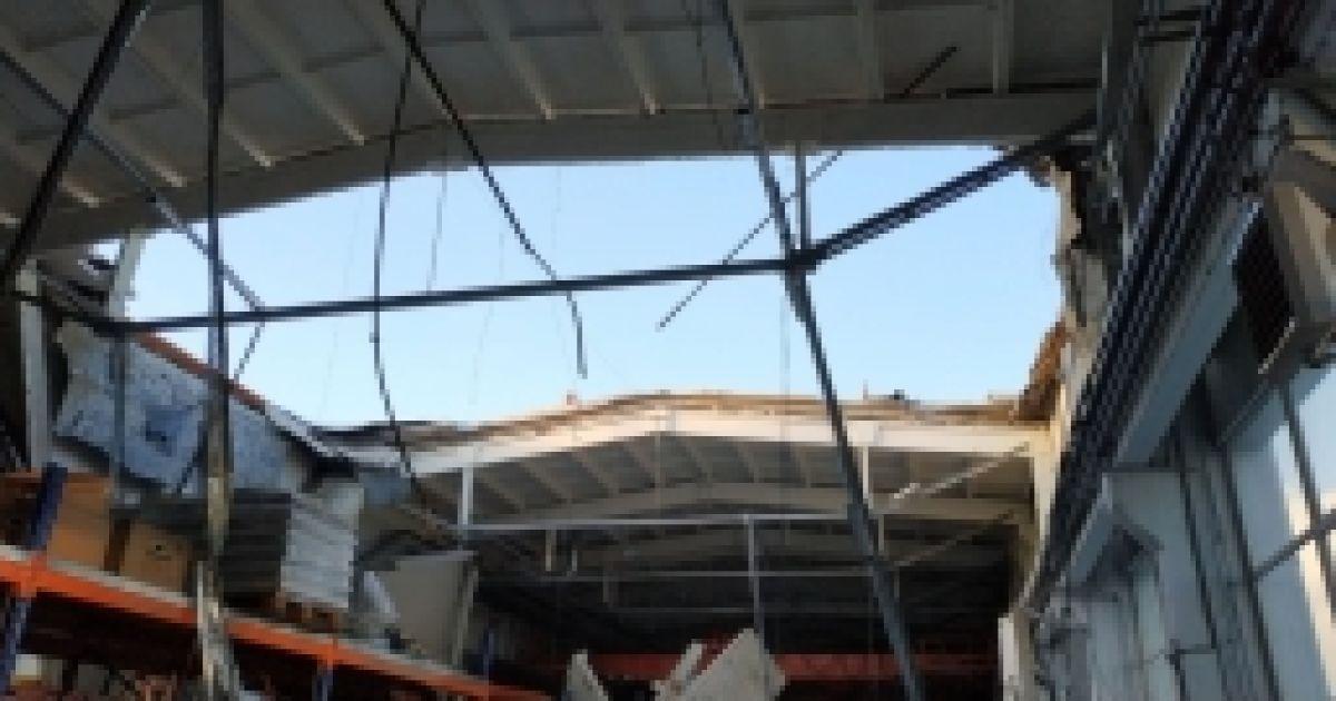 В подмосковном Дзержинске от снега обвалилась крыша на предприятии, три человека погибли