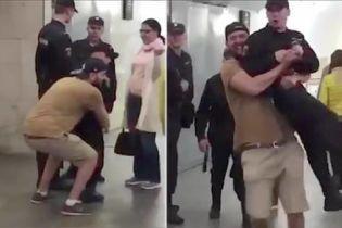 У Москві оштрафували чоловіка, який у метро жартома взяв нацгвардійця на руки
