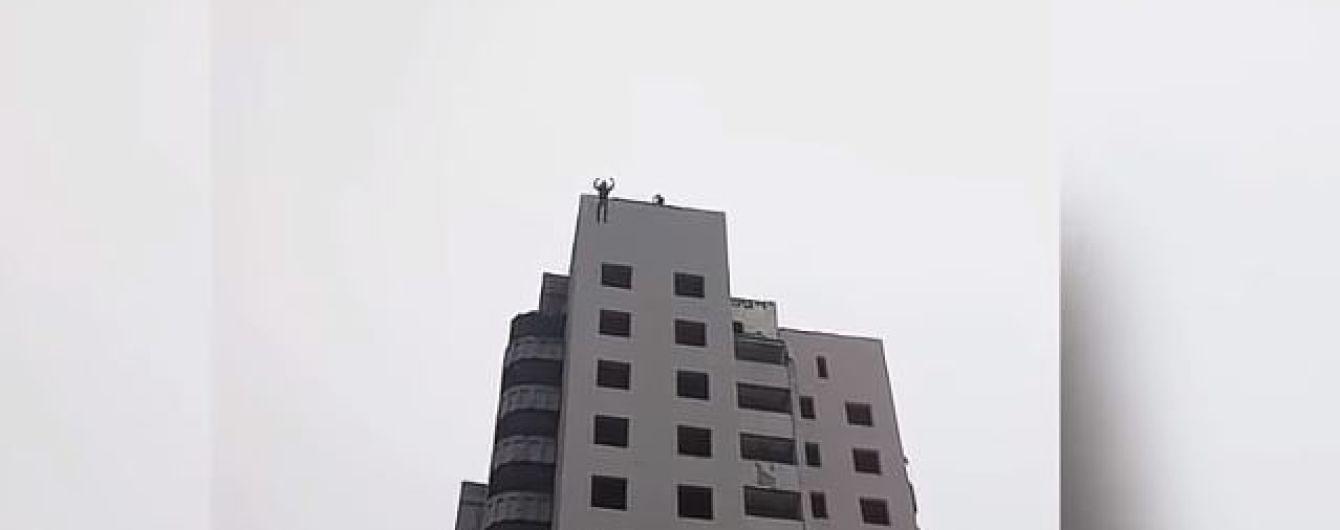 В Макеевке очевидцы сняли на видео гибель подростка с самодельным парашютом