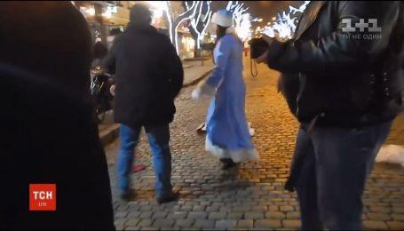 В Одессе два деда мороза подрались за лучшее место под елкой