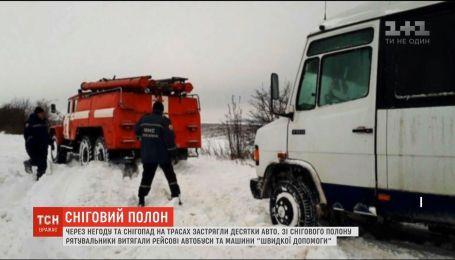 В заметенной Украине образовались снежные ловушки и стало больше аварий