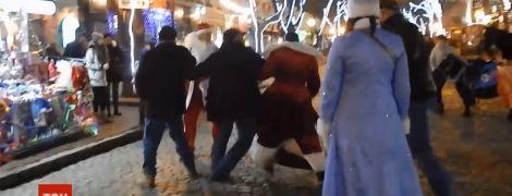 Драка на Дерибасовской: воинственных Дедов Морозов ищет полиция и мэрия Одессы