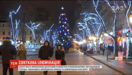 Центр Одеси прикрасили святковою ілюмінацією