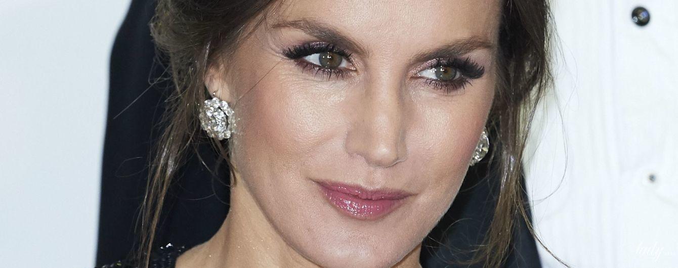 У сукні з паєтками і діамантами у вухах: елегантна королева Летиція вручила премії журналістам